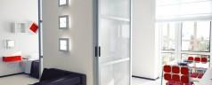 Des cloisons mobiles et design pour séparer la cuisine du salon