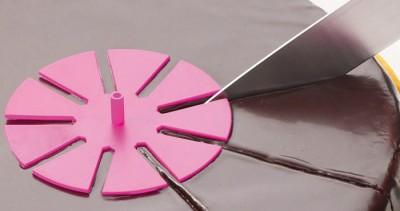 marque part à gâteau rose