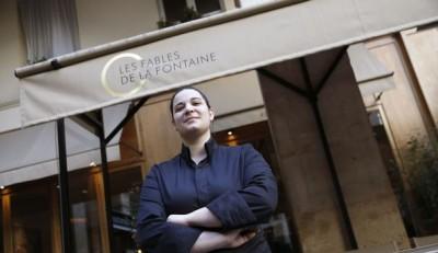 julia-sedefdjian-21-ans-la-plus-jeune-des-chefs-etoiles-par-le-guide-michelin-en-france-pose-le-10-fevrier-2016-en-face-du-restaurant-parisien-les-fables-de-la-fontaine_5515155