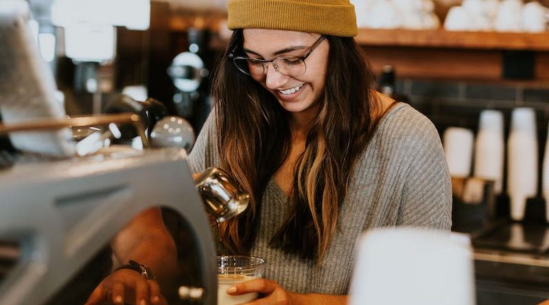 femme servant un café